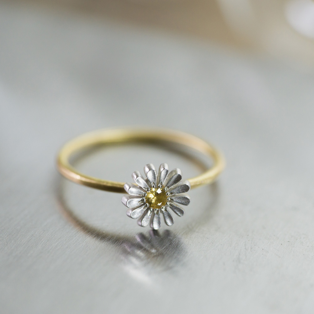 お花の指輪 シルバー、ゴールド 作業台の上 屋久島の季節を纏う