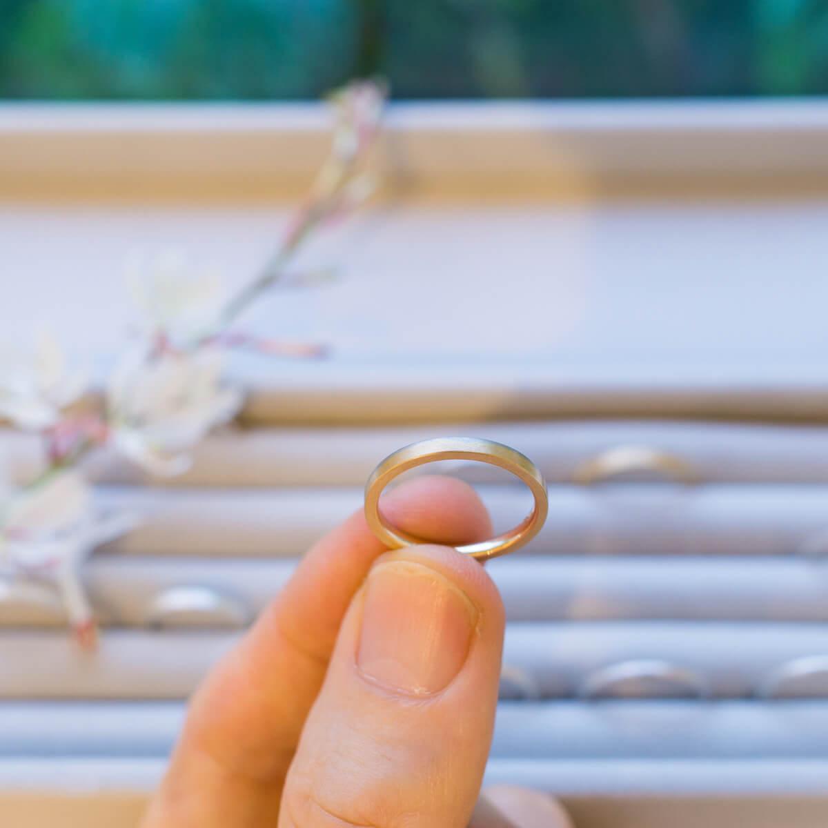 屋久島しずくギャラリー ジュエリーのディスプレイ 手に指輪 プラチナ、ゴールド 結婚指輪のサンプル 屋久島でつくる結婚指輪