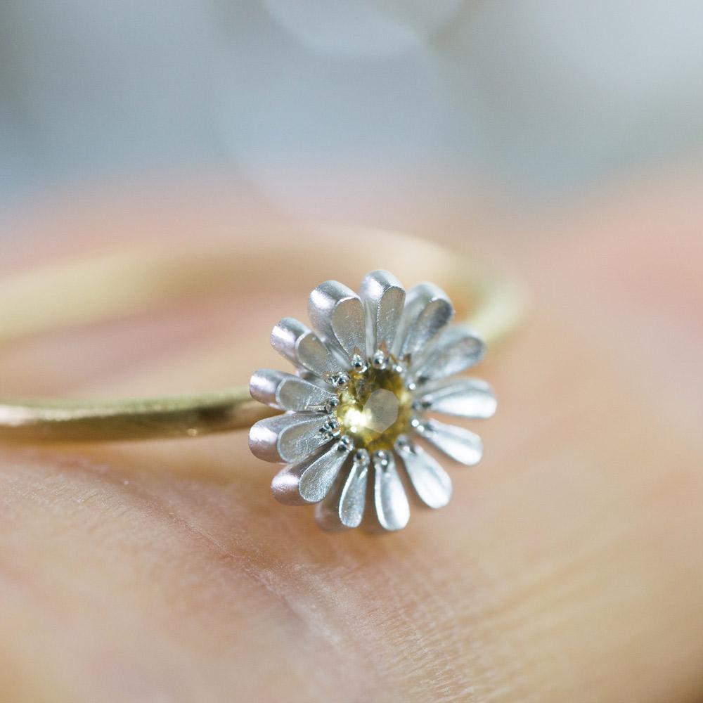屋久島で作るお花の指輪 手にとって ハンドメイドジュエリー シルバー、ゴールド