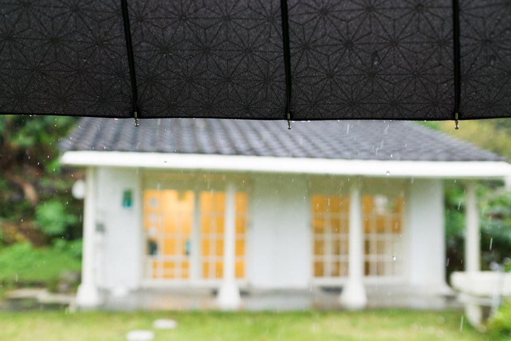 屋久島しずくギャラリー正面 傘、雨
