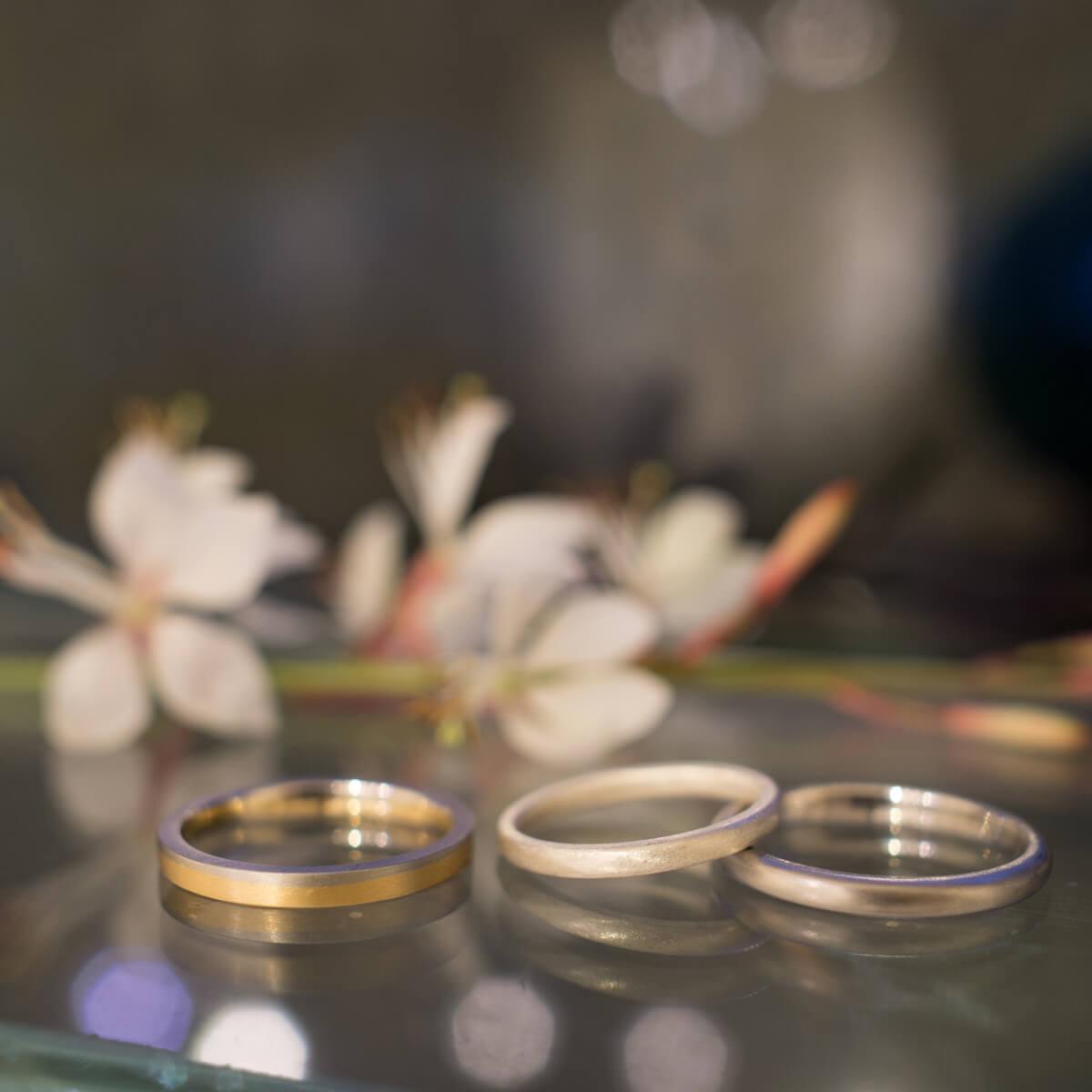 しずくギャラリーのディスプレイに結婚指輪のサンプル 屋久島の花バック ゴールド、プラチナ、シルバー 屋久島でつくる結婚指輪 結婚指輪の相談会