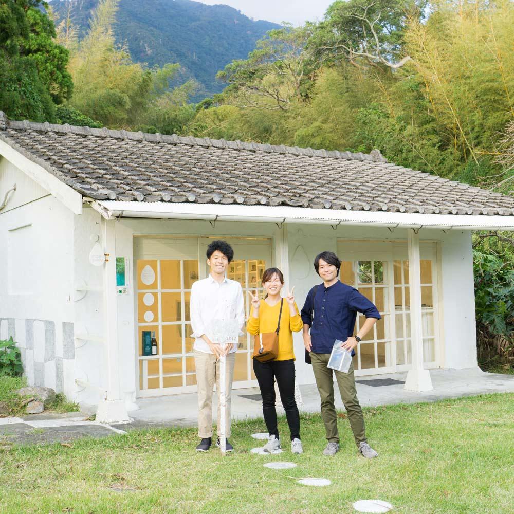 屋久島しずくギャラリーの前で記念撮影