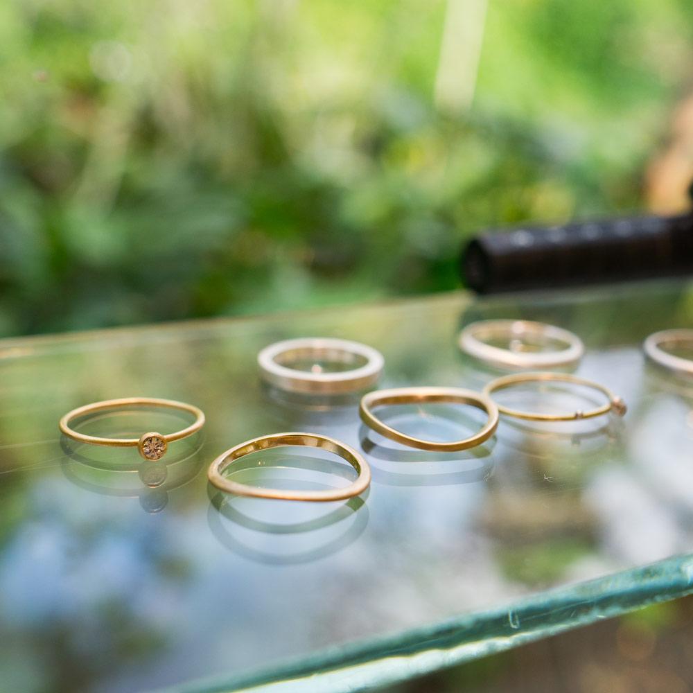 屋久島しずくギャラリーのディスプレイ ゴールドリング、ダイヤモンド 屋久島でつくる結婚指輪