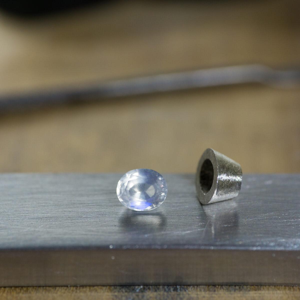 ジュエリーのアトリエにムーンストーン、シルバーの石枠 オーダーメイドマリッジリングの制作風景 屋久島でつくる結婚指輪