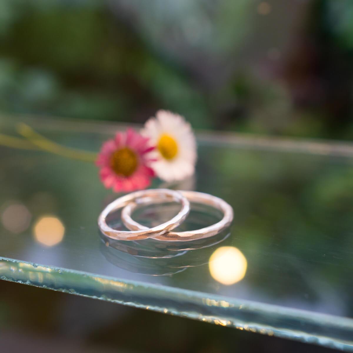 屋久島しずくギャラリー ジュエリーのディスプレイに指輪 屋久島の花 シルバー 屋久島でつくる結婚指輪