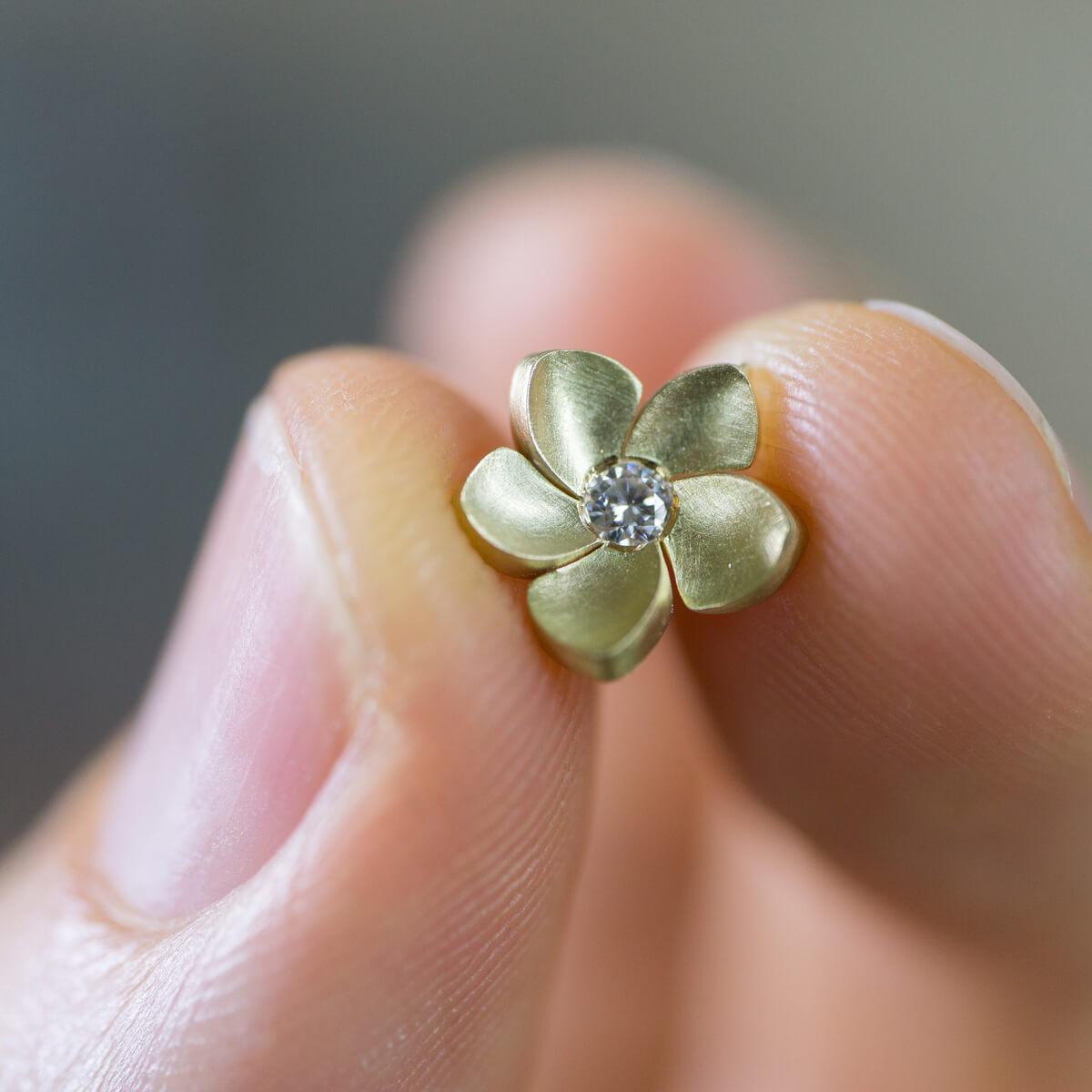 花のペンダントトップ 屋久島のプルメリアモチーフ 手にとって ゴールド、ダイヤモンド 屋久島でハンドメイドジュエリー