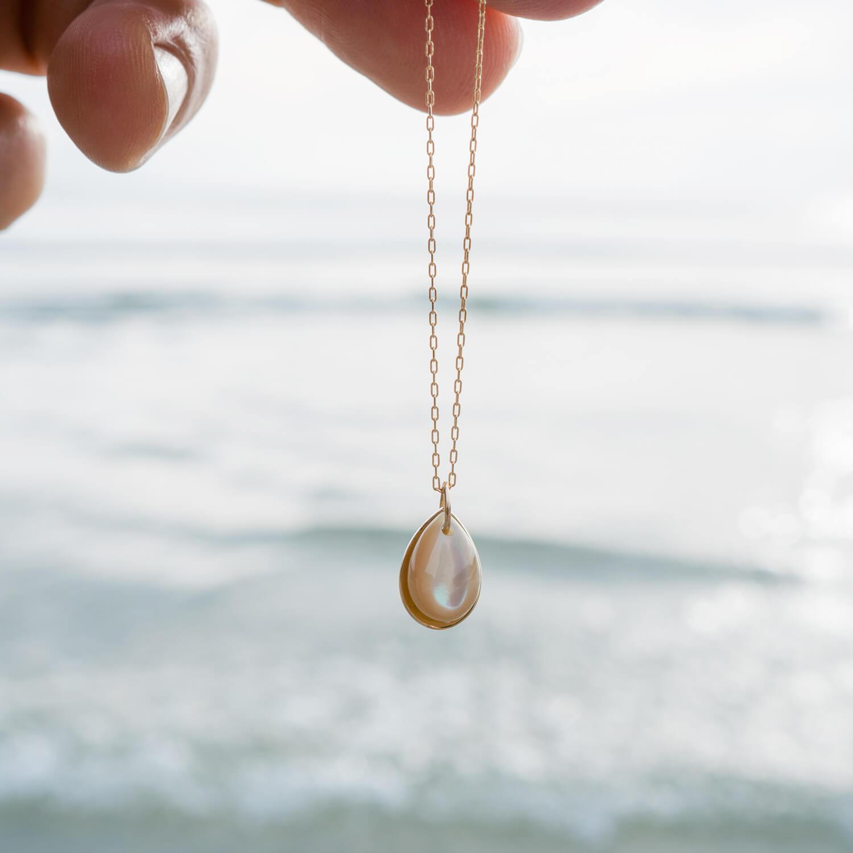 オーダーメイドネックレス 屋久島の海バック 屋久島の夜光貝、ゴールド、ダイヤモンド 屋久島でつくる結婚指輪