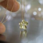 花のペンダントトップ 屋久島のプルメリアモチーフ ジュエリーのアトリエ ゴールド、ダイヤモンド 屋久島でハンドメイドジュエリー