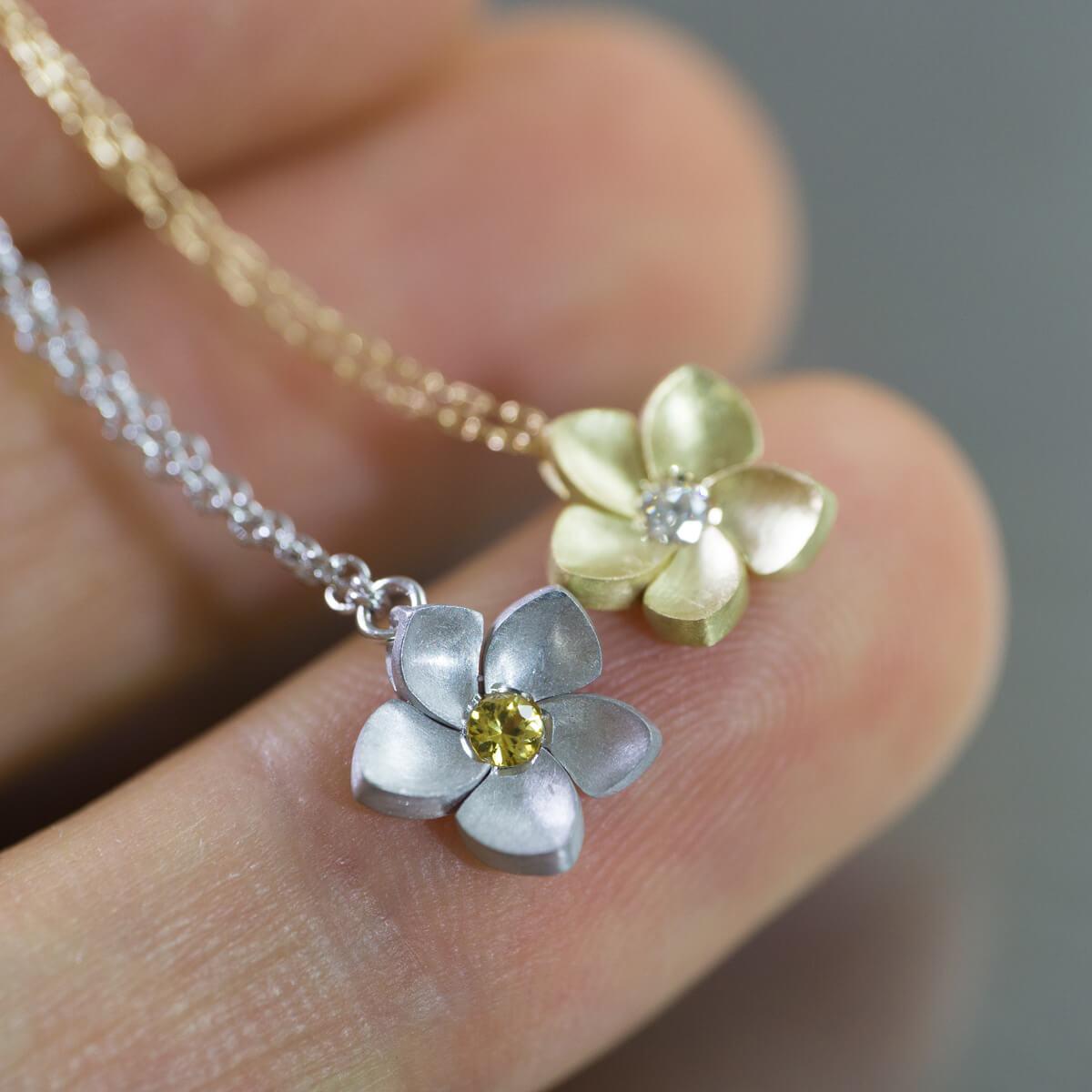 角度3 花のネックレス シルバー、ゴールド、ダイヤモンド、サファイア 屋久島のプルメリア ジュエリーのアトリエ オーダーメイドジュエリー