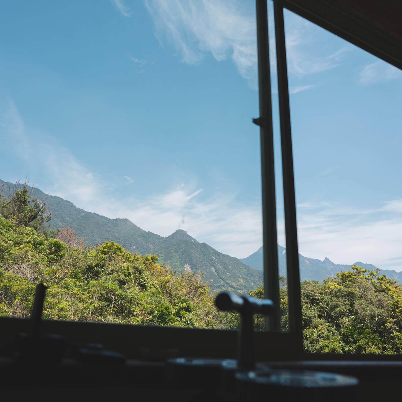 ジュエリーのアトリエから望む屋久島の山々 屋久島とジュエリー オーダーメイドマリッジリングのモチーフ