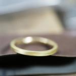 オーダーメイドマリッジリングの制作風景  ゴールド 屋久島で作る結婚指輪 表面にピント