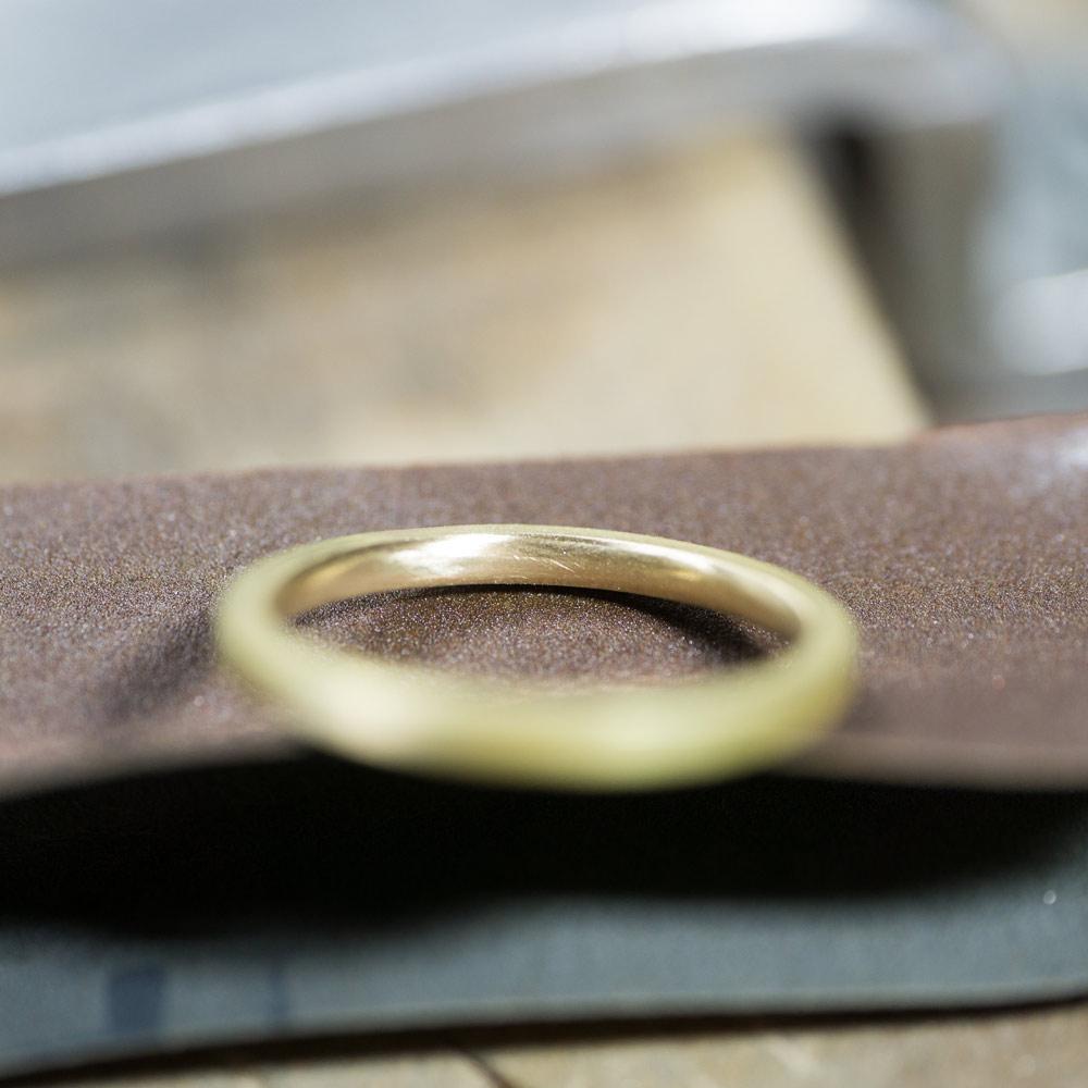 オーダーメイドマリッジリングの制作風景  ゴールド 屋久島で作る結婚指輪 裏面にピント