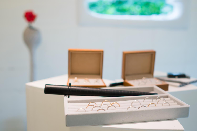 """屋久島しずくギャラリーで""""すっきり細身のゴールドリング""""。今日の制作道具ラインナップ。お二人と一緒、ピンクゴールド結婚指輪作り。"""