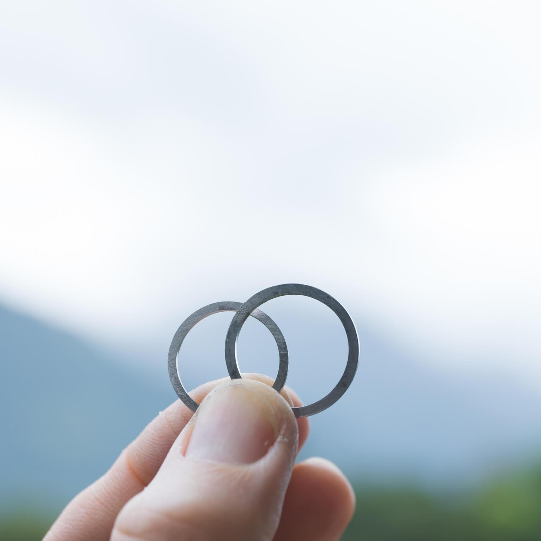 おーだ名イドマリッジリングの制作風景 屋久島の山々バック プラチナリング 屋久島でつくる結婚指輪