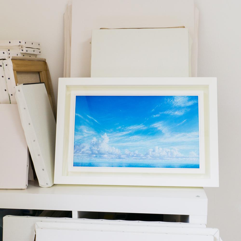 額装した絵画 屋久島しずくギャラリーで展示の準備