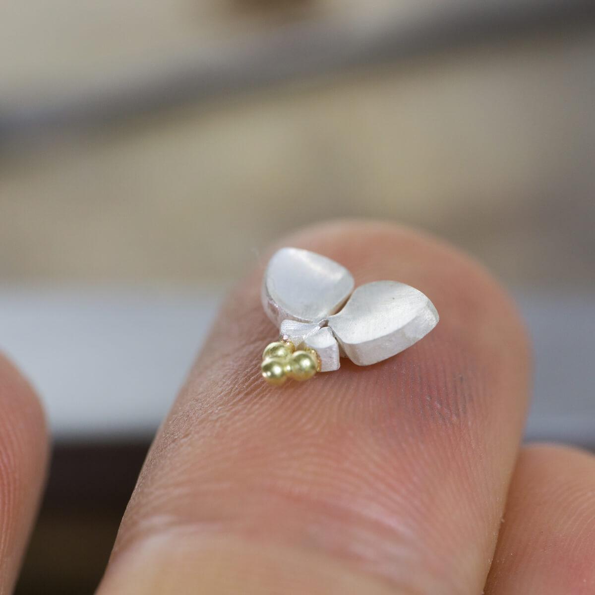 角度2 オーダーメイドジュエリーの制作風景 ジュエリーのアトリエ シルバー 屋久島のツユクサモチーフ 屋久島でつくる結婚指輪