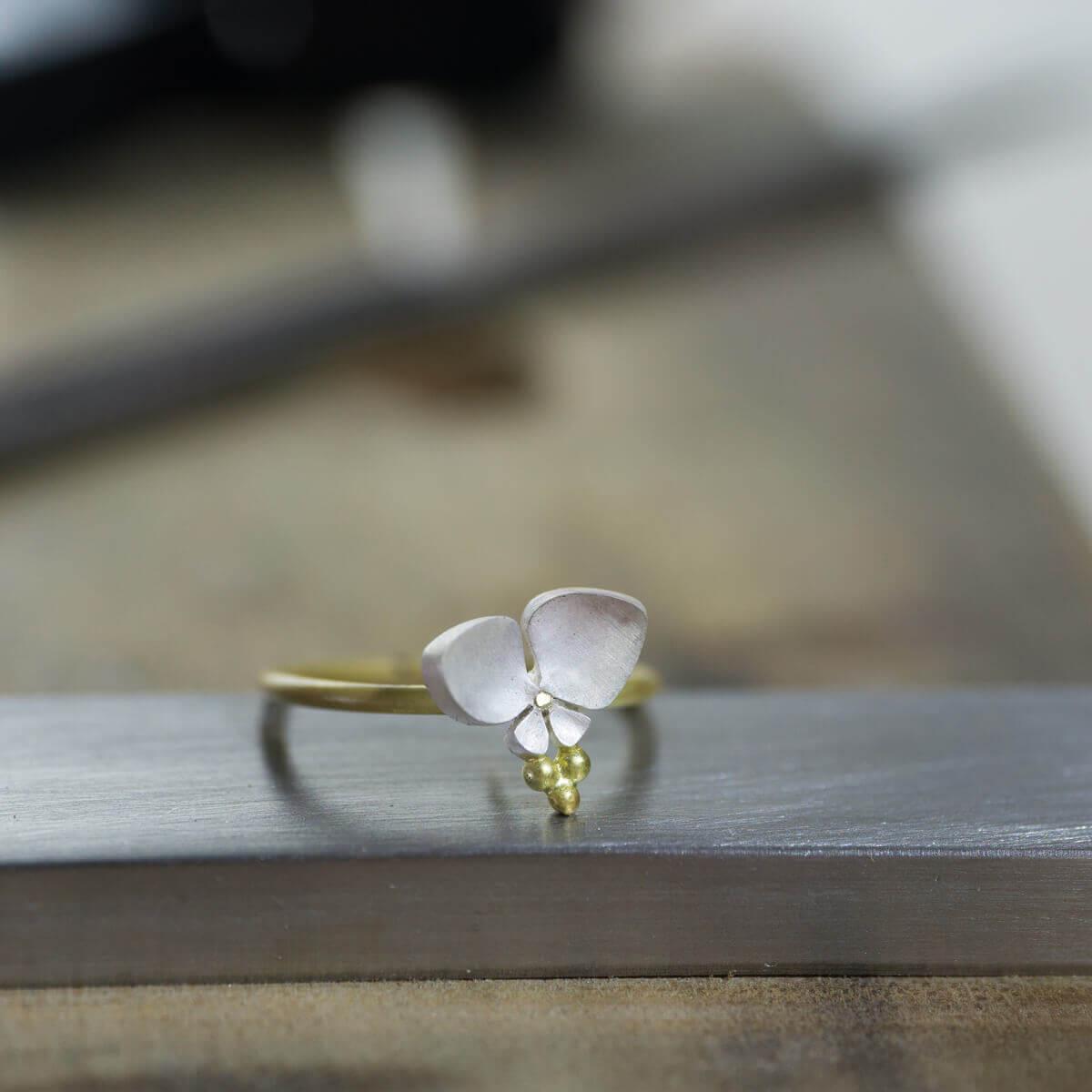 オーダーメイドジュエリーの制作過程 ジュエリーのアトリエに指輪 屋久島のツユクサモチーフ ゴールド、シルバー 屋久島でオーダーメイドジュエリー