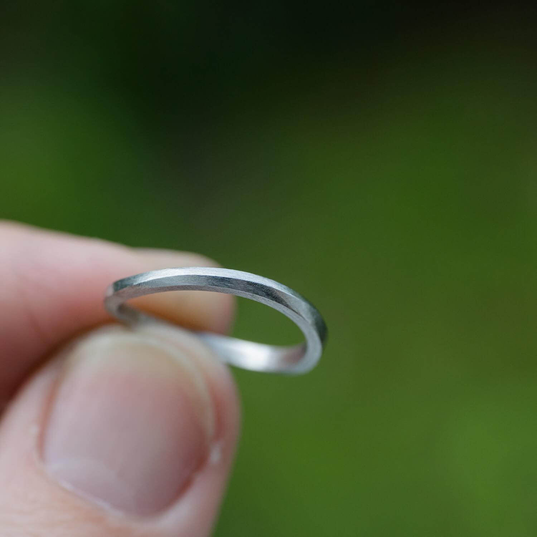 オーダーメイドマリッジリングの制作過程 屋久島の緑バック プラチナリングを手に 屋久島でつくる結婚指輪