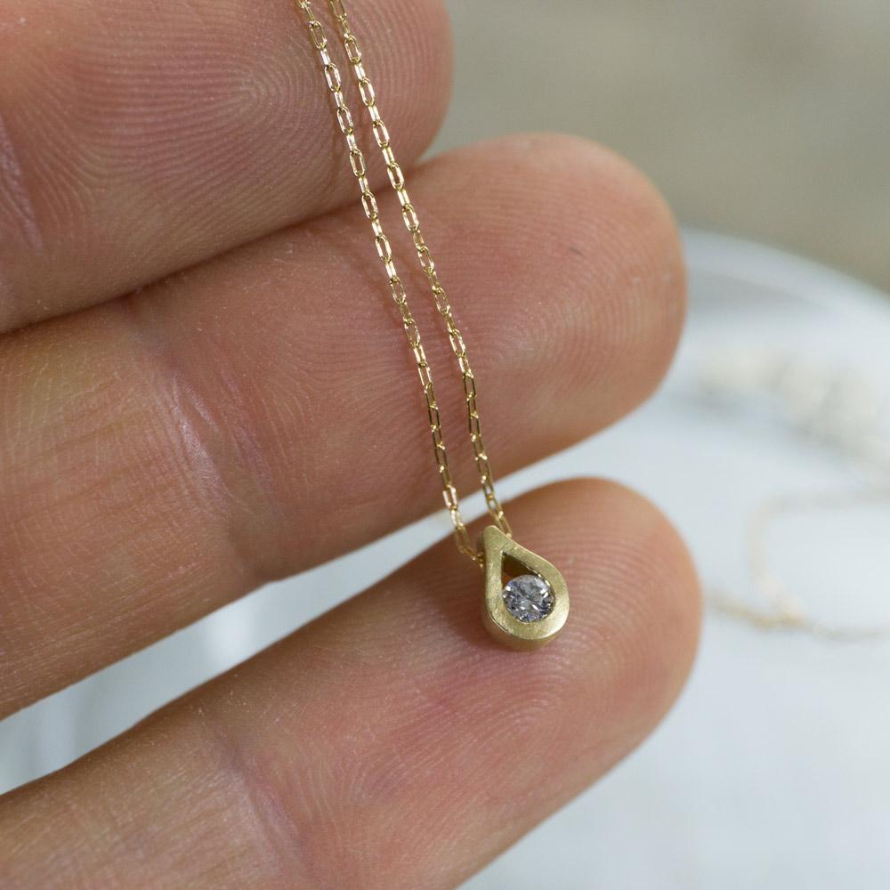 しずく型のネックレス ゴールド、ダイヤモンド 屋久島でオーダーメイド 手にとって