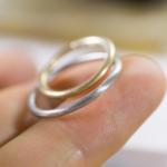 オーダーメイド結婚指輪の制作風景 ジュエリーのアトリエに指輪 手に乗せて ゴールド、プラチナ 屋久島でつくる結婚指輪