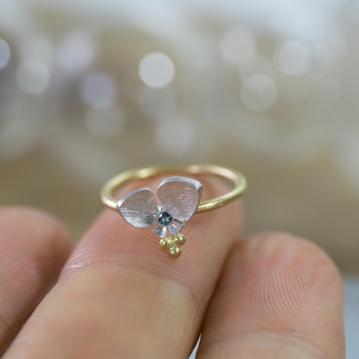 オーダーメイドの指輪 ジュエリーのアトリエ 手に持って 屋久島のツユクサモチーフ ゴールド、シルバー 屋久島でつくる結婚指輪