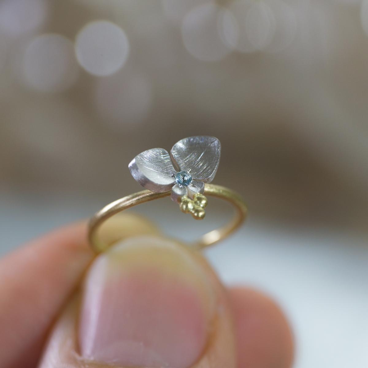 角度2 オーダーメイドの指輪 ジュエリーのアトリエ 手に持って 屋久島のツユクサモチーフ ゴールド、シルバー 屋久島でつくる結婚指輪