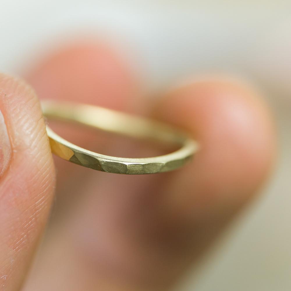 オーダーメイドマリッジリングの制作風景 ジュエリーのアトリエ 指輪を手にとって ゴールド 屋久島で作る結婚指輪