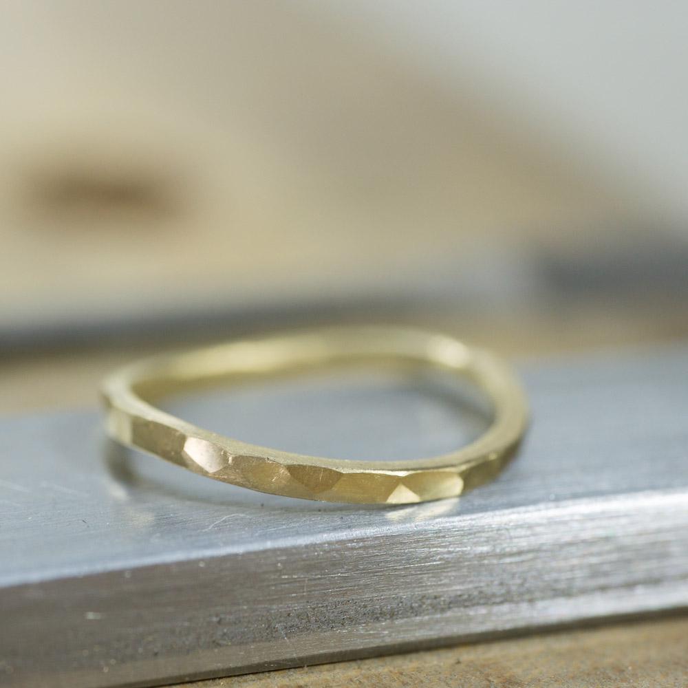 オーダーメイドマリッジリングの制作風景 ジュエリーのアトリエ 作業場に指輪 ゴールド 屋久島で作る結婚指輪