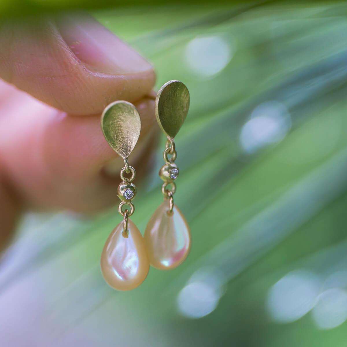 屋久島の雨をプレゼントに。貝殻とゴールドで作った、しずく型のピアス