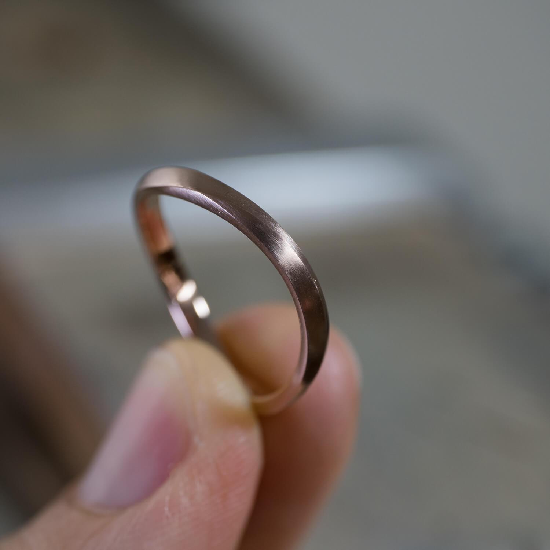 屋久島ジュエリーのアトリエ オーダーメイドマリッジリング 手に ゴールド 屋久島でつくる結婚指輪