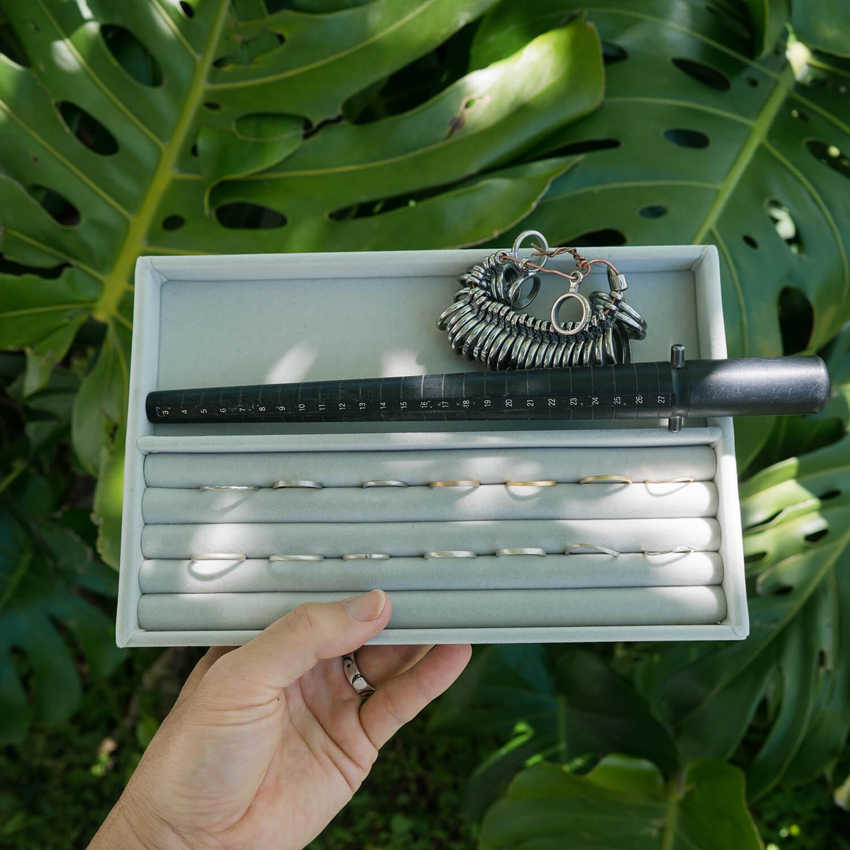 オーダーメイドマリッジリングの相談会会場 屋久島の緑バック ジュエリートレーにマリッジリングのサンプル 屋久島でつくる結婚指輪
