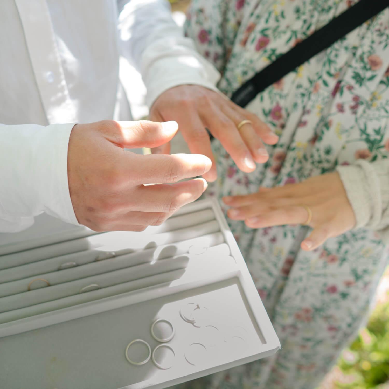 屋久島しずくギャラリーの庭 オーダーメイドマリッジリングの相談会 手に結婚指輪のサンプル ゴールド、シルバー 屋久島でつくる結婚指輪