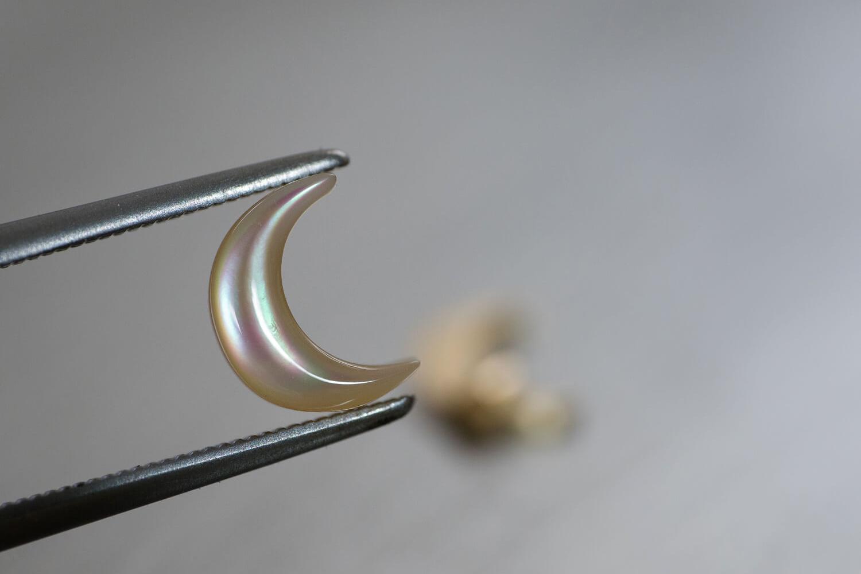 オーダーメイドジュエリーの制作過程 屋久島ジュエリーのアトリエ 月形の貝殻 屋久島の夜光貝