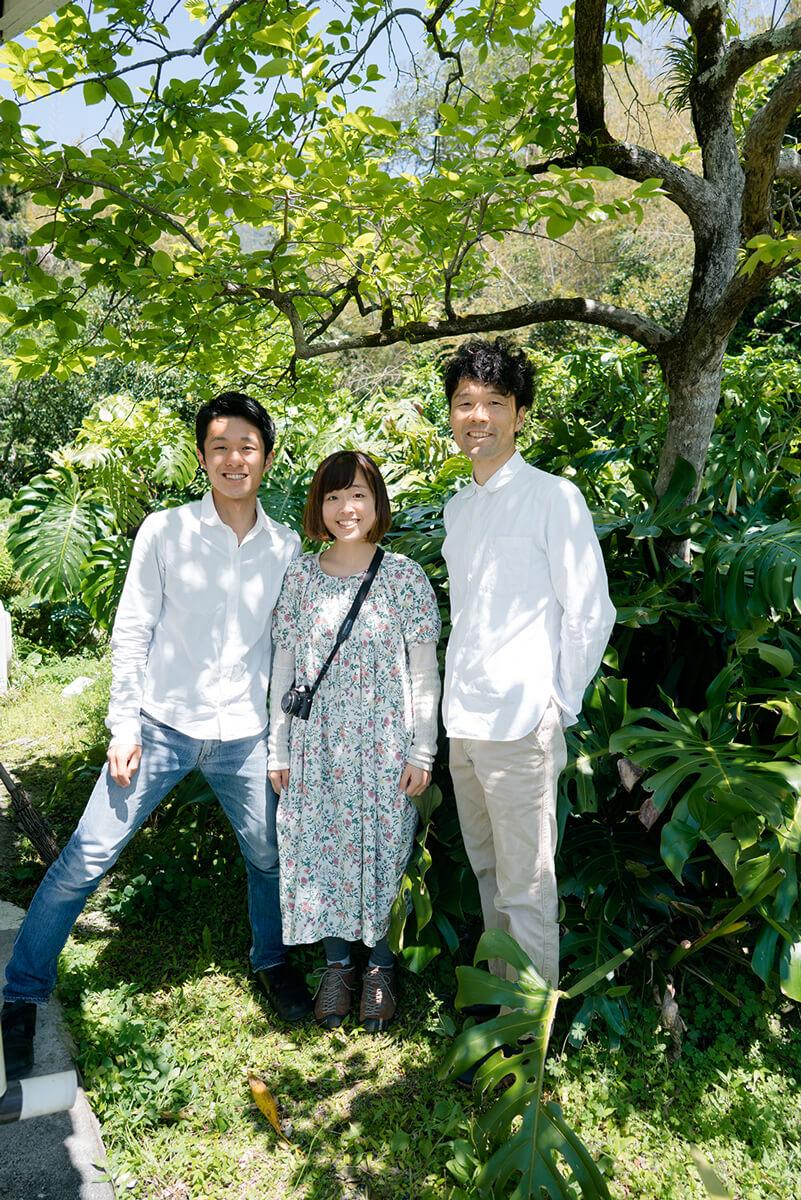 屋久島しずくギャラリーの庭 オーダーメイドマリッジリングの相談会 屋久島の緑バック 記念撮影 屋久島でつくる結婚指輪