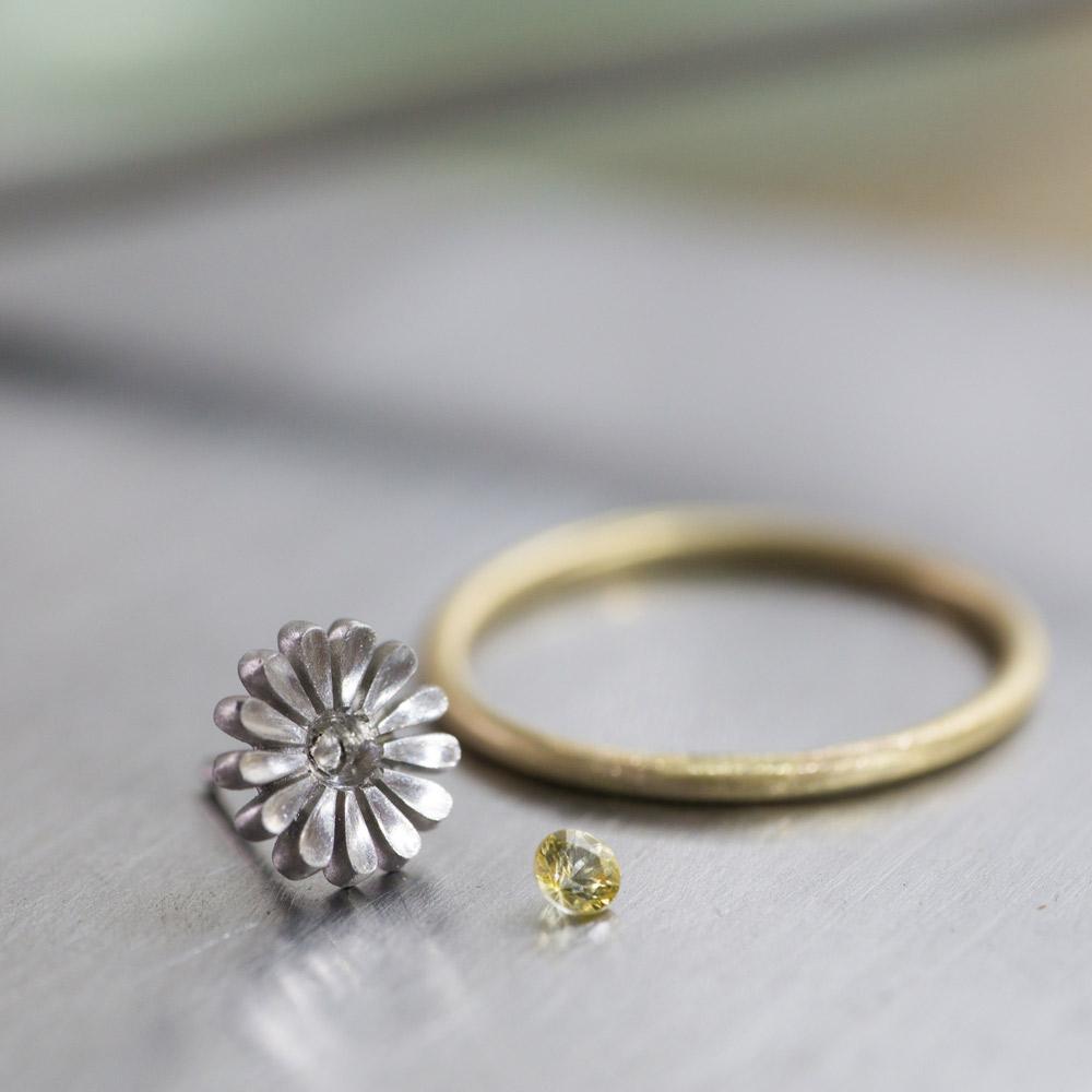 オーダーメイドエンゲージリングの制作風景 ジュエリーのアトリエに指輪 プラチナ、ゴールド、サファイア 屋久島で作る結婚指輪