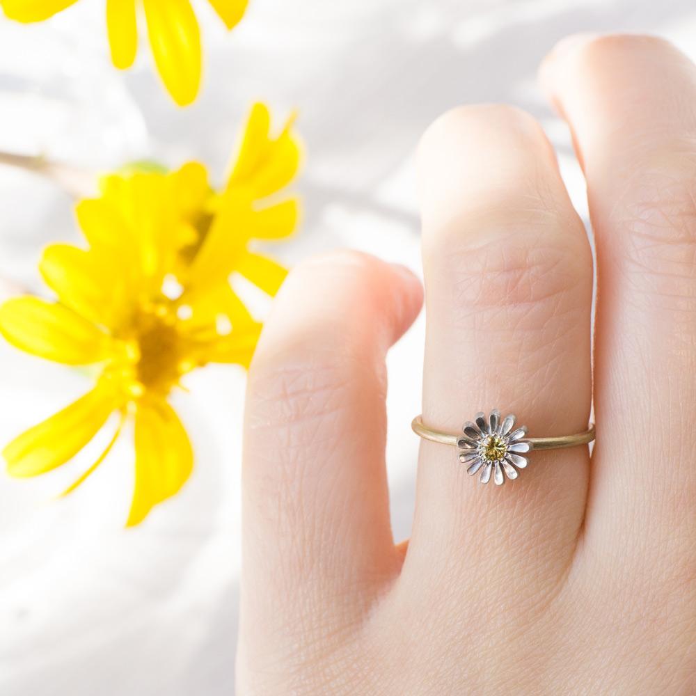 お花の指輪と屋久島のツワブキ プラチナ、ゴールド、サファイア 屋久島でつくる婚約指輪
