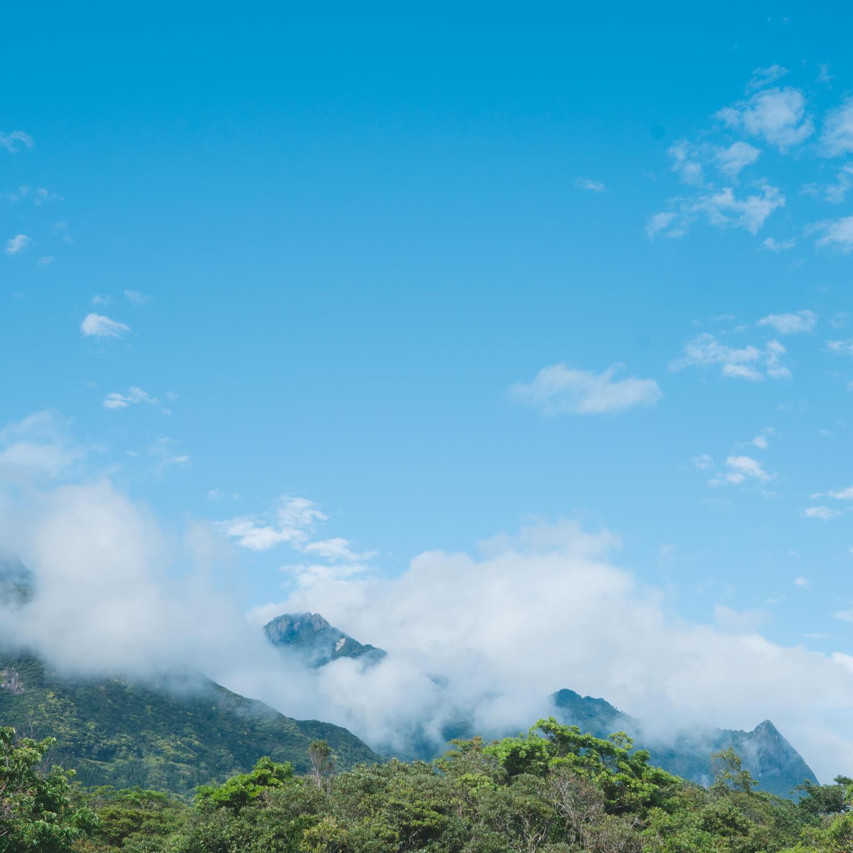 屋久島の山々、青空 屋久島ジュエリーのアトリエから見た景色 屋久島山とジュエリー