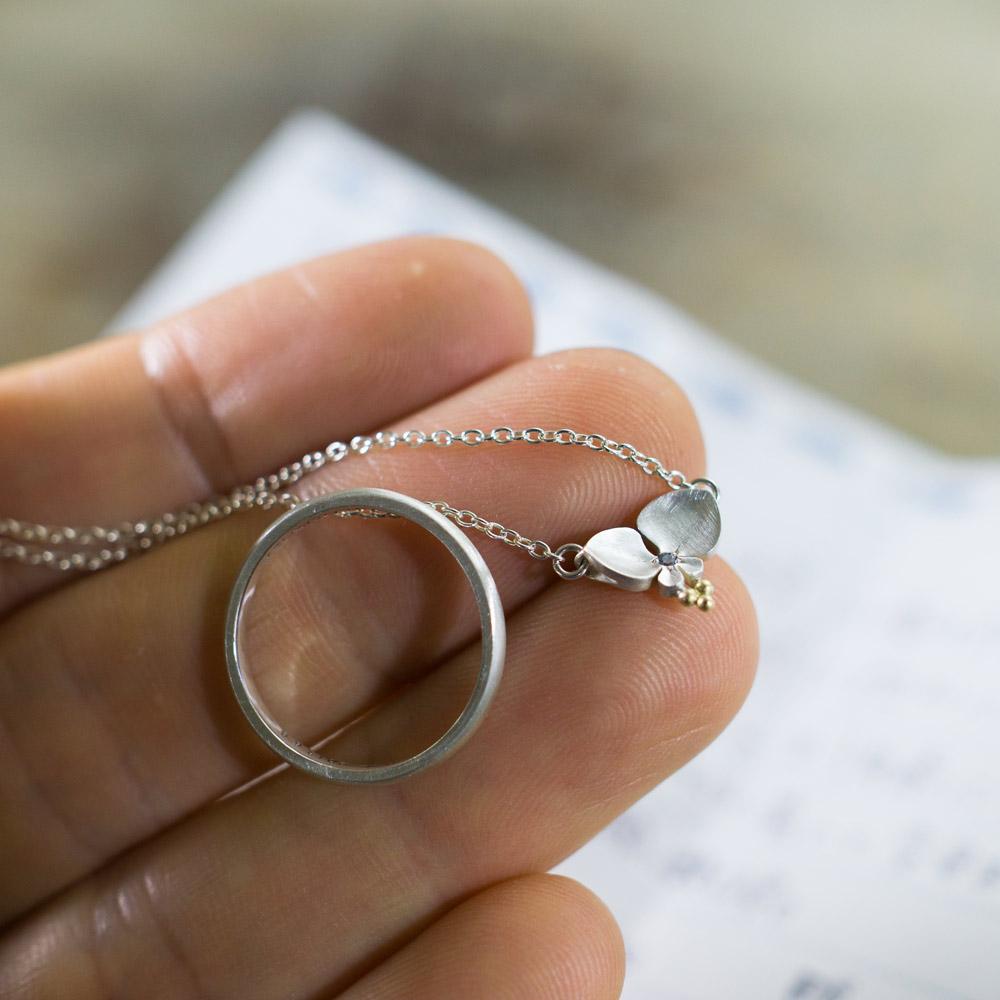 ジュエリーのお磨き直し風景 オーダーメイドマリッジリング、お花のネックレス 屋久島のツユクサ シルバー、ゴールド 屋久島で作る結婚指輪