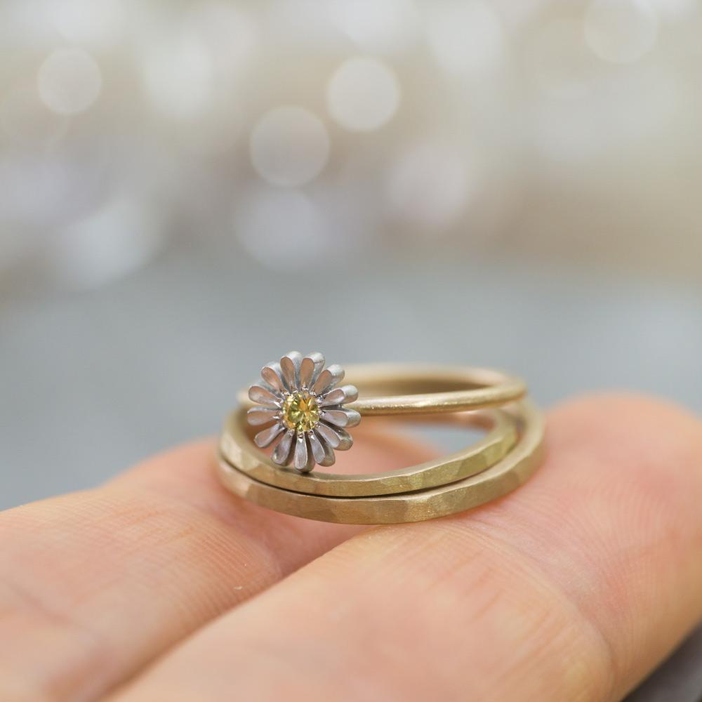 オーダーメイド マリッジリング、エンゲージリング、手のひらの上 シャンパンゴールド、プラチナ、 屋久島でつくる結婚指輪