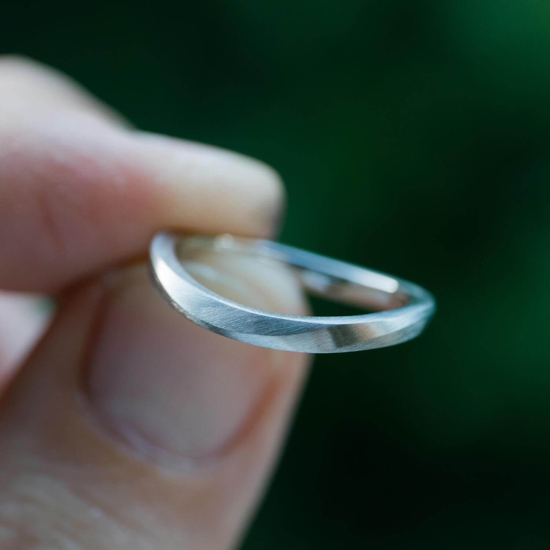 角度2 手に持って オーダーメイドマリッジリング 屋久島の緑バック プラチナ 屋久島でつくる結婚指輪