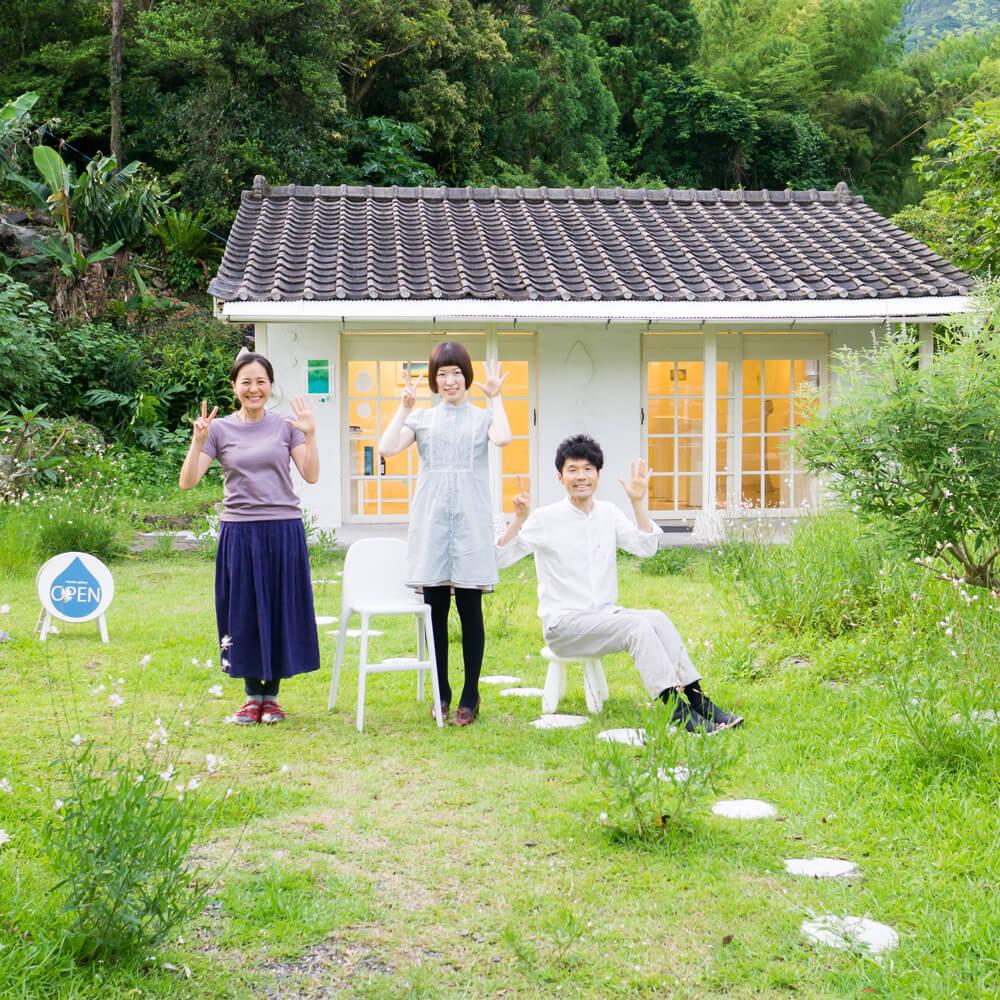 屋久島しずくギャラリーで記念撮影 屋久島の絵画、ポストカードのアートギャラリー 屋久島の緑に包まれて