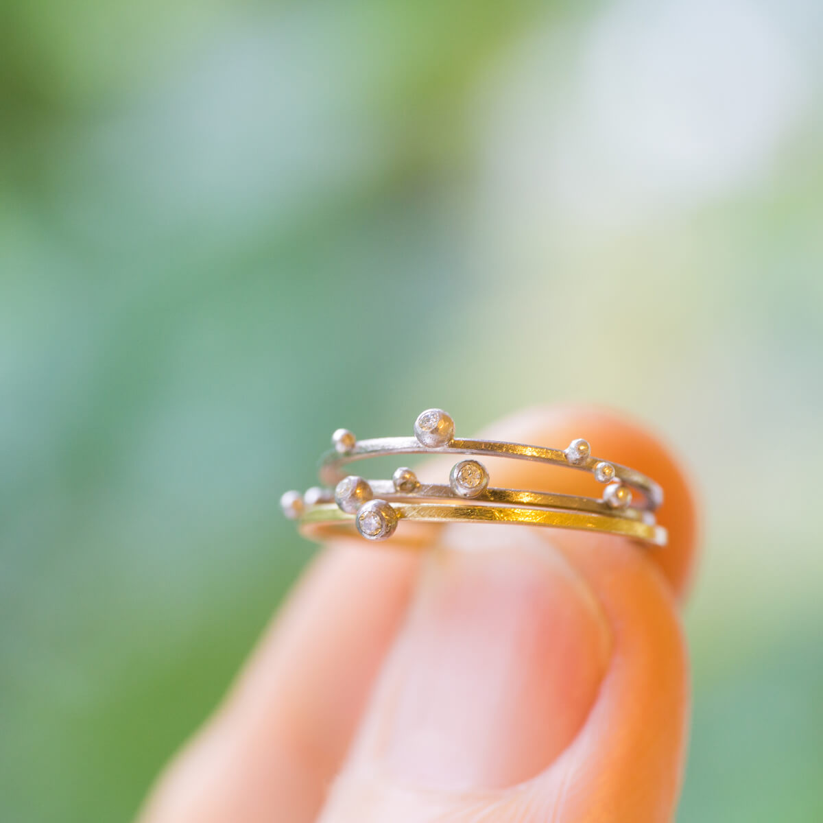屋久島の緑バック しずくの指輪 ゴールド、プラチナ、ダイヤモンド 屋久島の雨モチーフ 屋久島でつくる結婚指輪