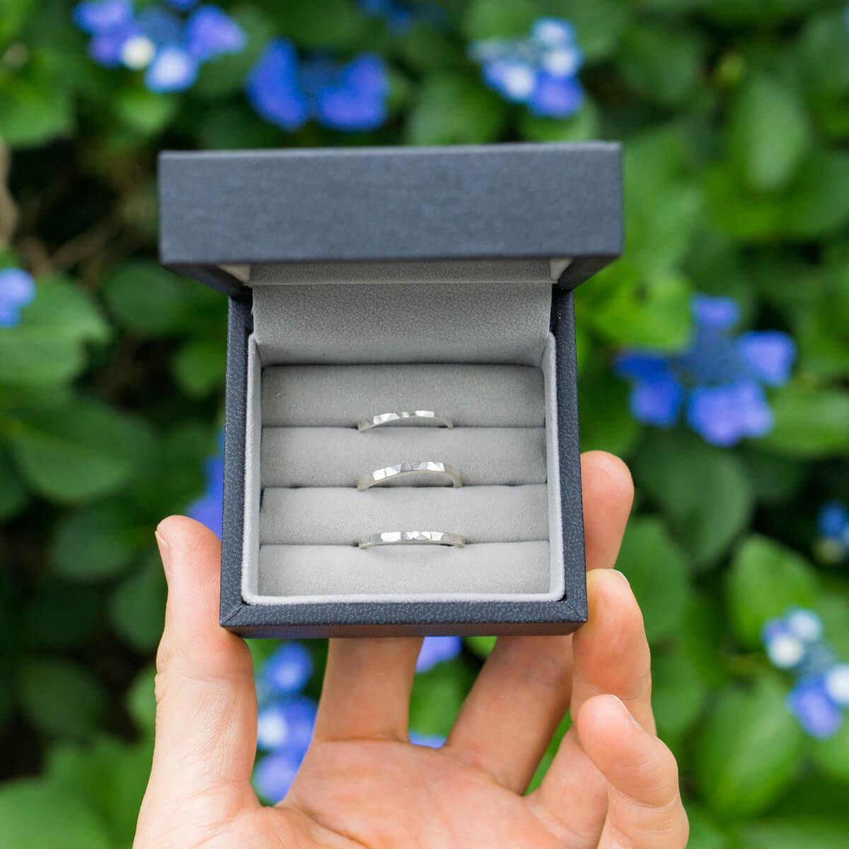 ケースの中にシルバーリング 病む島の紫陽花バック 手に持って オーダーメイドマリッジリングのサンプル 屋久島でつくる結婚指輪