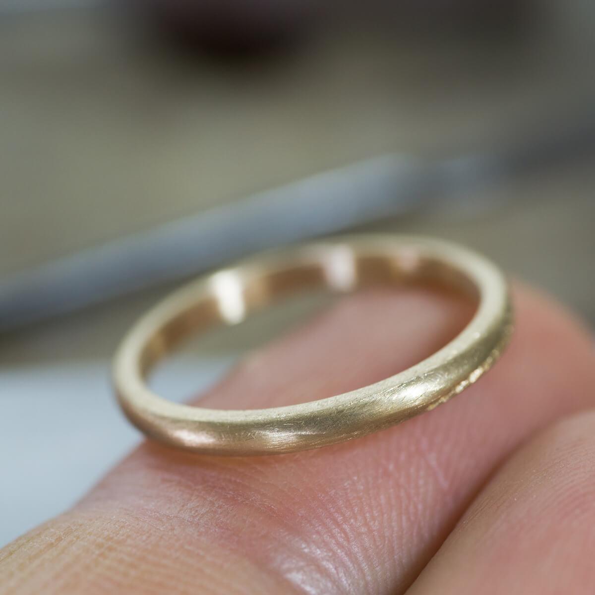 オーダーメイドマリッジリングの制作風景 ジュエリーのアトリエ 手のひらにゴールドリング 屋久島でつくる結婚指輪