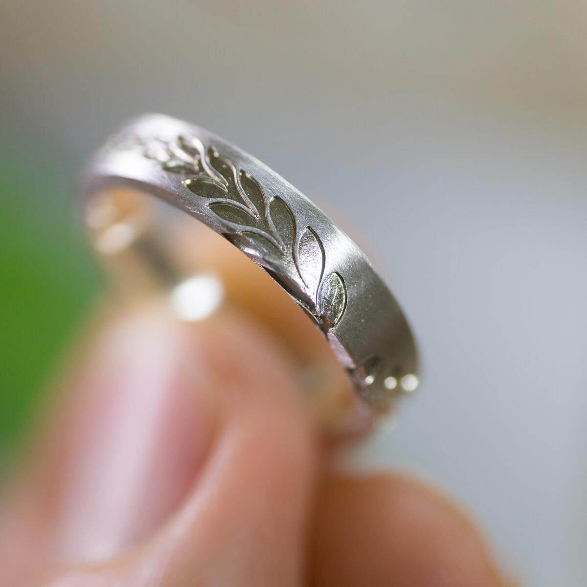 オーダーメイドマリッジリング 手に持って 屋久島のシダモチーフ シルバー 屋久島でつくる結婚指輪