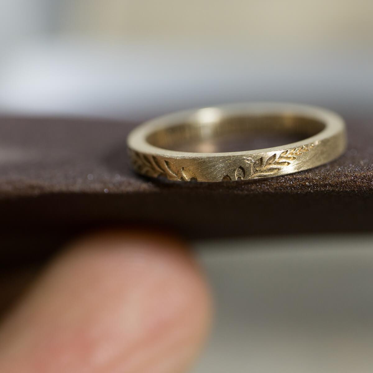 オーダーメイドマリッジリングの制作風景 ゴールドリングと紙ヤスリ 屋久島のシダモチーフ  屋久島でつくる結婚指輪