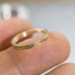 オーダーメイドマリッジリング 屋久島のシダモチーフ ジュエリーのアトリエ 手に持って 屋久島でつくる結婚指輪