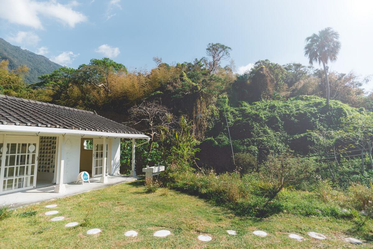 屋久島しずくギャラリー外観 屋久島の緑と青空 オーダーメイドジュエリーの販売