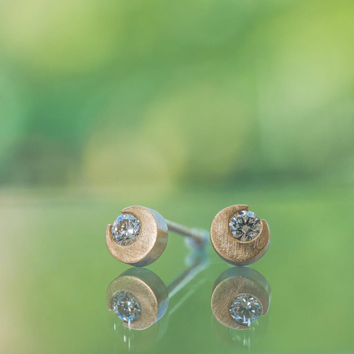 屋久島の緑バック オーダーメイドピアス  屋久島の月モチーフ ダイヤモンド、ゴールド 屋久島でつくるジュエリー