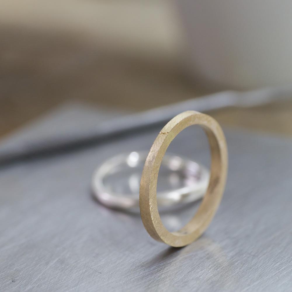 オーダーメイドマリッジリングの制作風景 ジュエリーのアトリエ 作業場に指輪 ゴールド 屋久島で作る結婚指